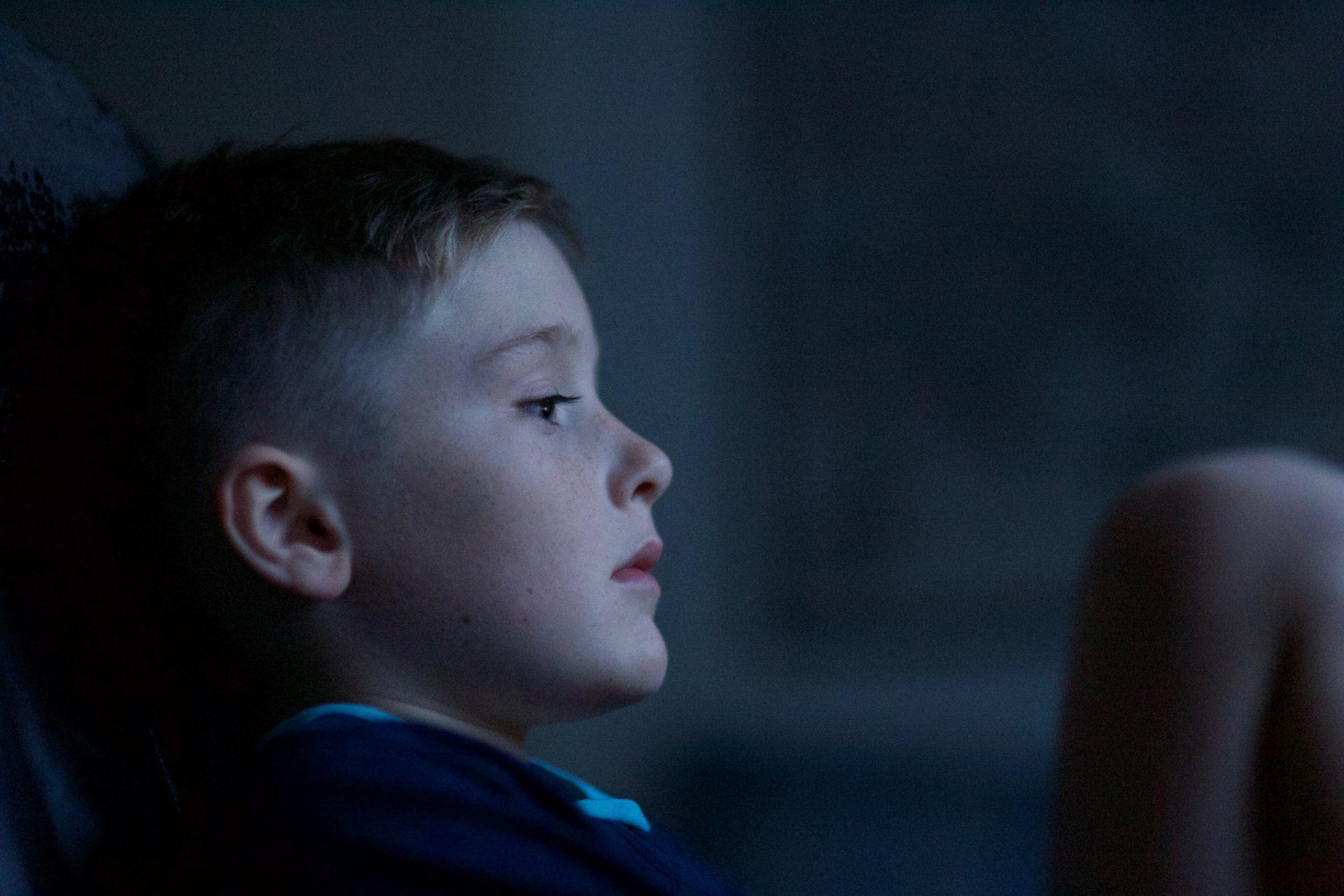 Chłopiec w ciemnym pokoju